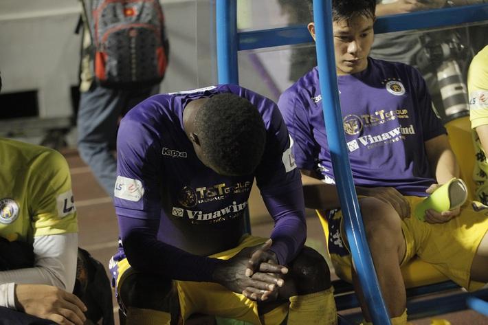 Quang Hải buồn bã, cầu thủ Hà Nội FC nín thở chờ đợi rồi phải nhận quả đắng từ Viettel - Ảnh 7.