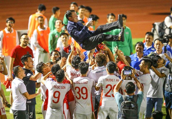 V.League xứng lửa thử vàng, đã đến lúc HLV Park Hang-seo phải khó xử với bầu Đức rồi - Ảnh 1.