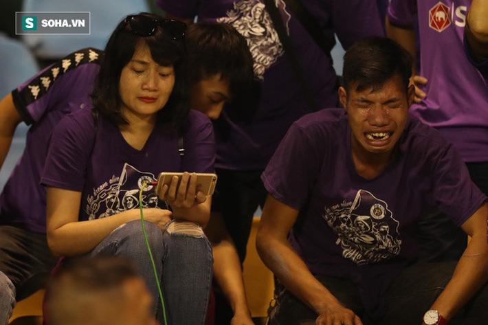 Câu nói của bầu Hiển, giọt nước mắt cay đắng từ CĐV & giá trị trong thất bại của Hà Nội FC - Ảnh 1.
