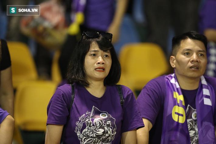 Câu nói của bầu Hiển, giọt nước mắt cay đắng từ CĐV & giá trị trong thất bại của Hà Nội FC - Ảnh 2.