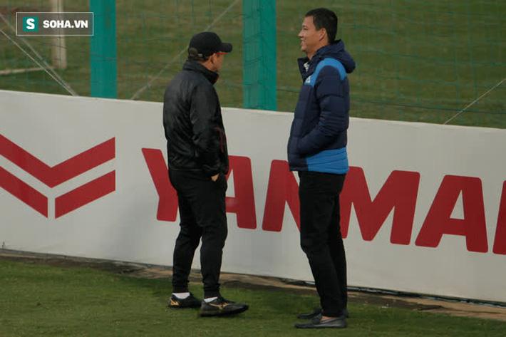Anh Đức bất ngờ xuất hiện ở sân tập của ĐT Việt Nam, trò chuyện rất lâu với thầy Park - Ảnh 1.