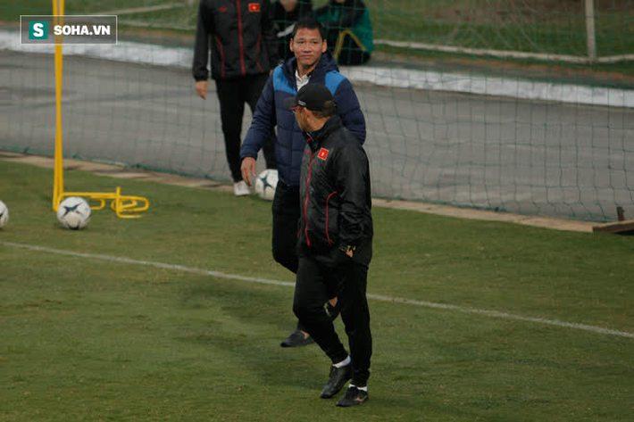 Anh Đức bất ngờ xuất hiện ở sân tập của ĐT Việt Nam, trò chuyện rất lâu với thầy Park - Ảnh 2.