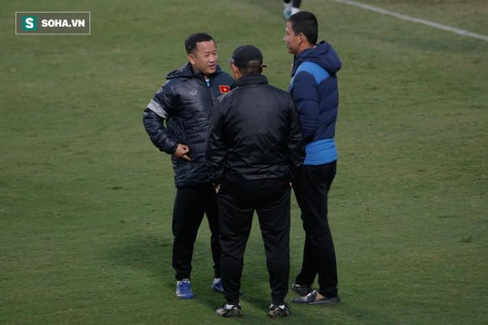Anh Đức bất ngờ xuất hiện ở sân tập của ĐT Việt Nam, trò chuyện rất lâu với thầy Park - Ảnh 3.
