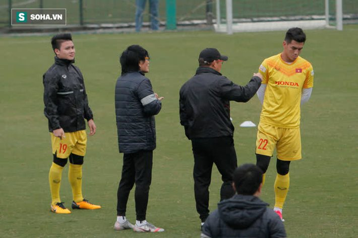 Anh Đức bất ngờ xuất hiện ở sân tập của ĐT Việt Nam, trò chuyện rất lâu với thầy Park - Ảnh 4.