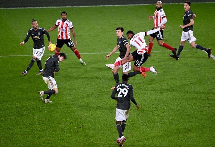 Hàng thủ lại tấu hài, Man Utd thắng thót tim để tiến sát cuộc đua vô địch Ngoại hạng Anh - Ảnh 11.