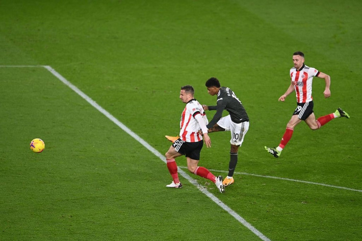 Hàng thủ lại tấu hài, Man Utd thắng thót tim để tiến sát cuộc đua vô địch Ngoại hạng Anh - Ảnh 5.