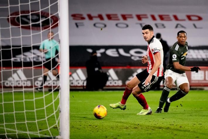 Hàng thủ lại tấu hài, Man Utd thắng thót tim để tiến sát cuộc đua vô địch Ngoại hạng Anh - Ảnh 7.