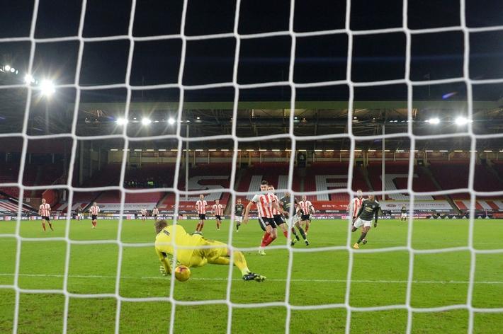 Hàng thủ lại tấu hài, Man Utd thắng thót tim để tiến sát cuộc đua vô địch Ngoại hạng Anh - Ảnh 8.