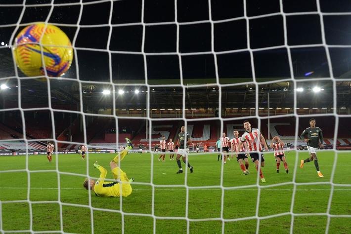 Hàng thủ lại tấu hài, Man Utd thắng thót tim để tiến sát cuộc đua vô địch Ngoại hạng Anh - Ảnh 9.