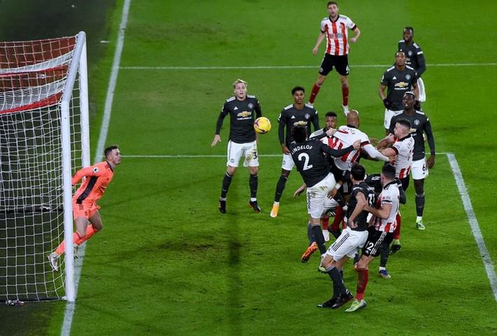 Hàng thủ lại tấu hài, Man Utd thắng thót tim để tiến sát cuộc đua vô địch Ngoại hạng Anh - Ảnh 10.