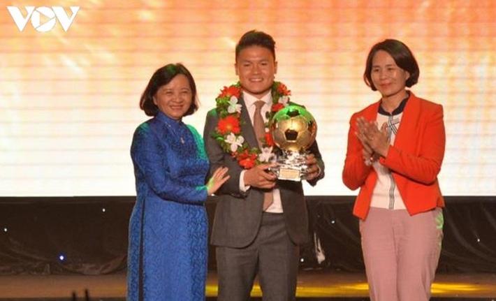 Ngày này năm xưa: Quang Hải lần đầu giành Quả bóng Vàng Việt Nam - Ảnh 1.