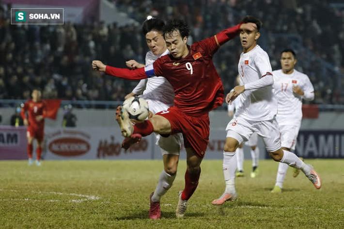 U22 Việt Nam chơi rắn với đàn anh & hai pha chấn thương oái oăm của ĐT Việt Nam - Ảnh 6.