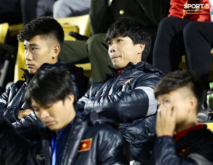 Biểu cảm của team tuyển thủ nổi tiếng khi bị cho ra rìa ở trận tuyển Việt Nam đấu đàn em U22 - Ảnh 1.