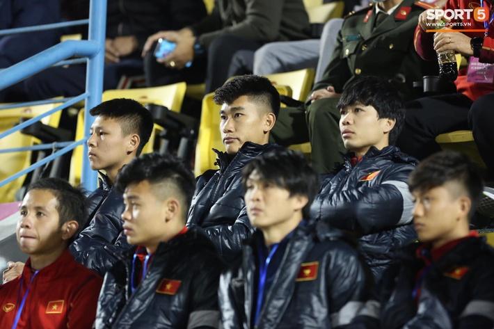 Biểu cảm của team tuyển thủ nổi tiếng khi bị cho ra rìa ở trận tuyển Việt Nam đấu đàn em U22 - Ảnh 2.