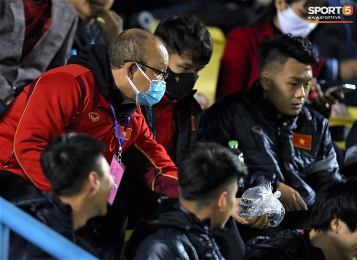 Biểu cảm của team tuyển thủ nổi tiếng khi bị cho ra rìa ở trận tuyển Việt Nam đấu đàn em U22 - Ảnh 13.