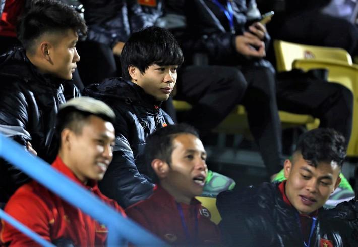 Biểu cảm của team tuyển thủ nổi tiếng khi bị cho ra rìa ở trận tuyển Việt Nam đấu đàn em U22 - Ảnh 3.
