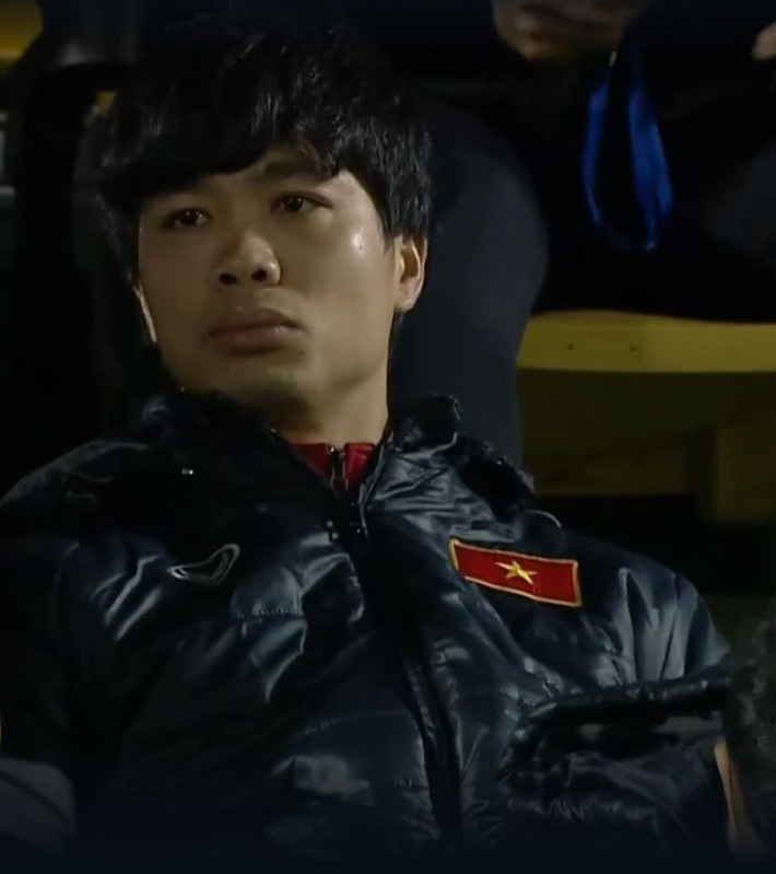 Biểu cảm của team tuyển thủ nổi tiếng khi bị cho ra rìa ở trận tuyển Việt Nam đấu đàn em U22 - Ảnh 4.