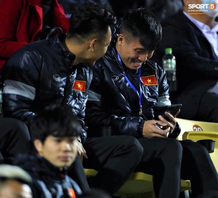 Biểu cảm của team tuyển thủ nổi tiếng khi bị cho ra rìa ở trận tuyển Việt Nam đấu đàn em U22 - Ảnh 5.