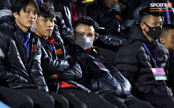 Biểu cảm của team tuyển thủ nổi tiếng khi bị cho ra rìa ở trận tuyển Việt Nam đấu đàn em U22 - Ảnh 7.