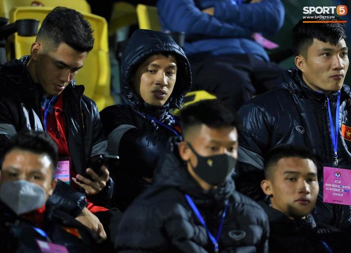 Biểu cảm của team tuyển thủ nổi tiếng khi bị cho ra rìa ở trận tuyển Việt Nam đấu đàn em U22 - Ảnh 10.