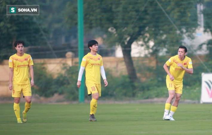 HLV Park ôm đầu suy tư, cầu thủ trẻ nhất ĐT Việt Nam ngồi buồn thiu vì chấn thương đen đủi - Ảnh 6.