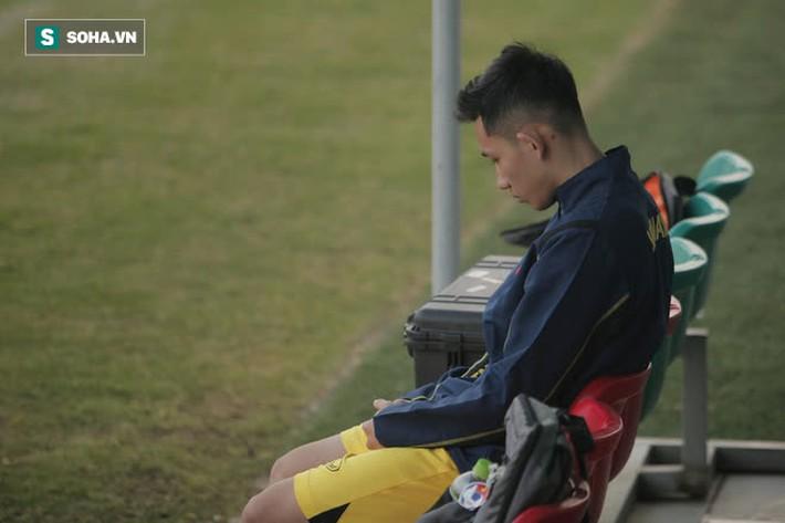 HLV Park ôm đầu suy tư, cầu thủ trẻ nhất ĐT Việt Nam ngồi buồn thiu vì chấn thương đen đủi - Ảnh 3.