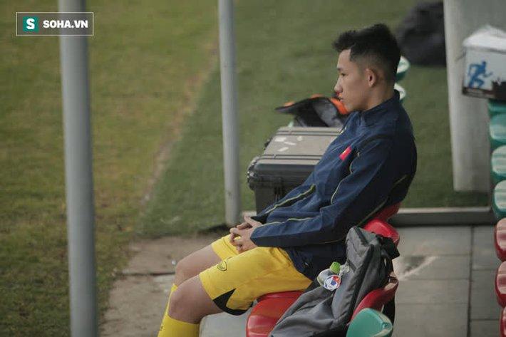 HLV Park ôm đầu suy tư, cầu thủ trẻ nhất ĐT Việt Nam ngồi buồn thiu vì chấn thương đen đủi - Ảnh 2.