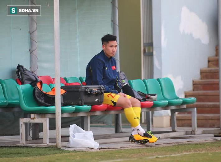 HLV Park ôm đầu suy tư, cầu thủ trẻ nhất ĐT Việt Nam ngồi buồn thiu vì chấn thương đen đủi - Ảnh 1.
