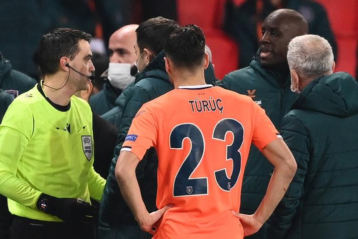 Biến căng Champions League: Cả đội Istanbul cáo buộc trợ lý trọng tài phân biệt chủng tộc, dắt nhau rời sân bỏ dở trận đấu với PSG - Ảnh 1.