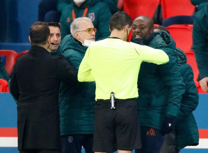 Biến căng Champions League: Cả đội Istanbul cáo buộc trợ lý trọng tài phân biệt chủng tộc, dắt nhau rời sân bỏ dở trận đấu với PSG - Ảnh 2.
