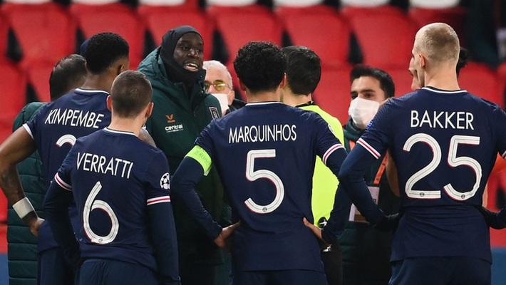 Biến căng Champions League: Cả đội Istanbul cáo buộc trợ lý trọng tài phân biệt chủng tộc, dắt nhau rời sân bỏ dở trận đấu với PSG - Ảnh 4.