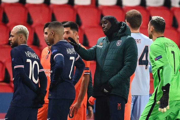 Biến căng Champions League: Cả đội Istanbul cáo buộc trợ lý trọng tài phân biệt chủng tộc, dắt nhau rời sân bỏ dở trận đấu với PSG - Ảnh 5.