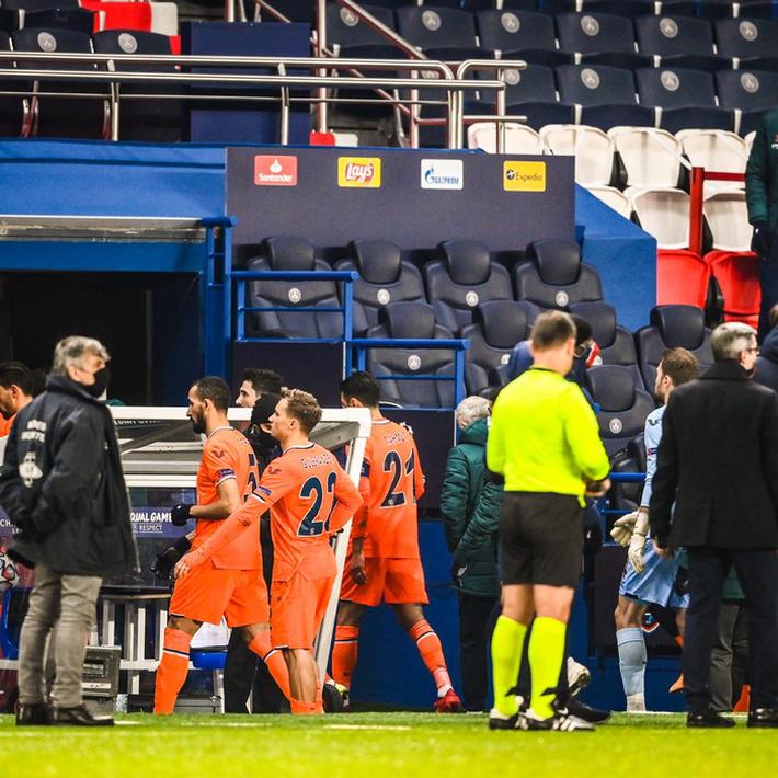 Biến căng Champions League: Cả đội Istanbul cáo buộc trợ lý trọng tài phân biệt chủng tộc, dắt nhau rời sân bỏ dở trận đấu với PSG - Ảnh 6.