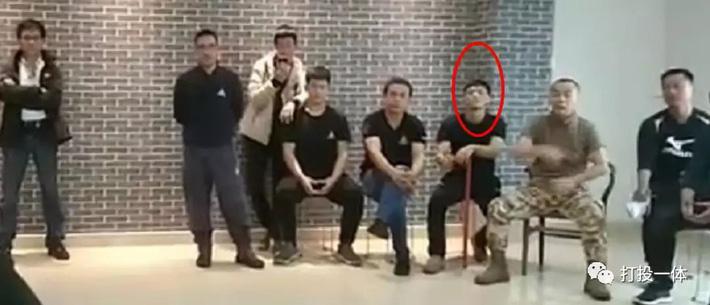 Môn đồ Vịnh Xuân bị đấm túi bụi từng dẫn đệ tử đi đánh lộn rồi chỉ biết đứng sau livestream - Ảnh 2.