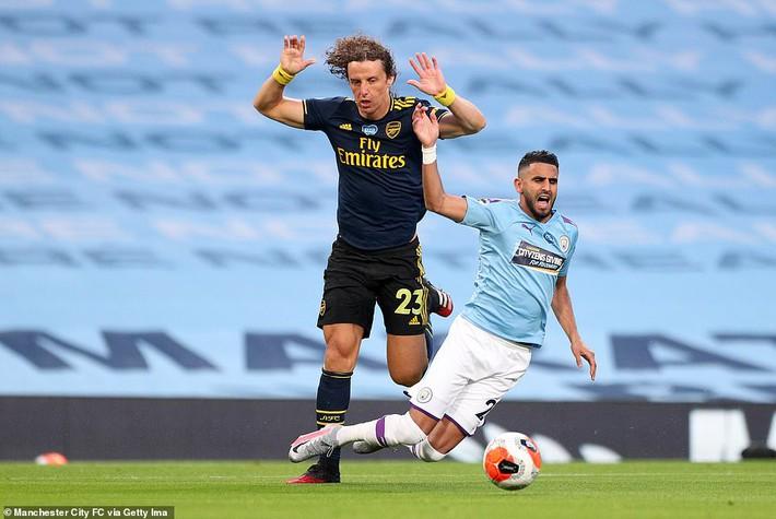 Premier League trở lại, David Luiz lập tức gây sốc với cú đúp tan cửa nát nhà - Ảnh 1.