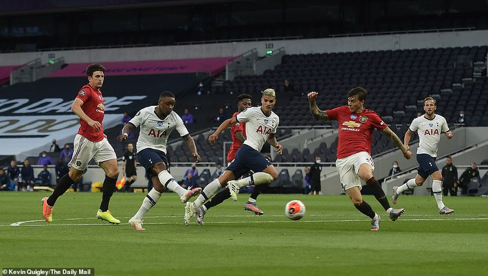 Đập tan tin đồn xấu, Pogba hợp sức cùng Bruno giải cứu Man United khỏi đòn quỷ của Mourinho - Ảnh 1.