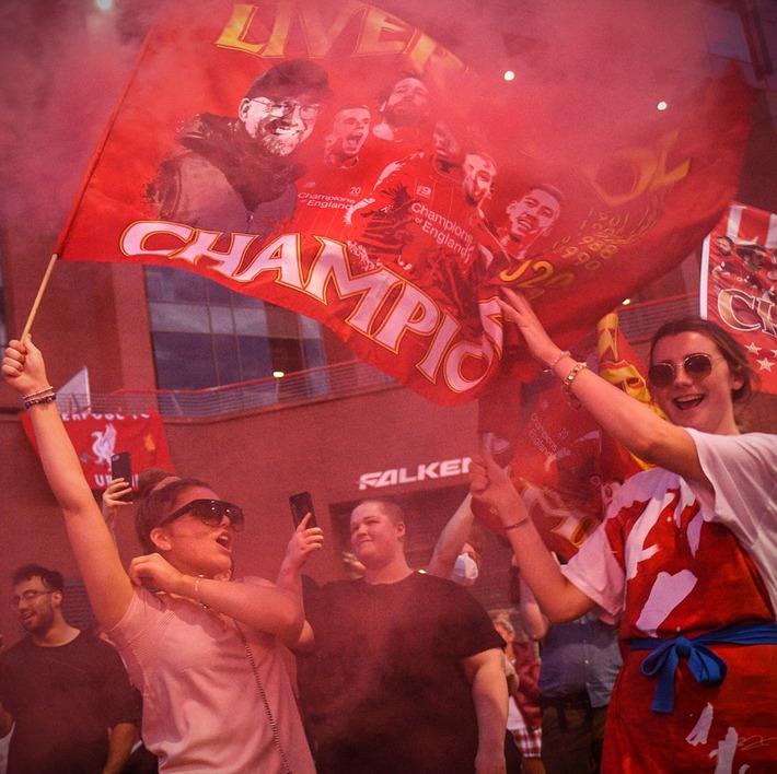 Liverpool chính thức giành chức vô địch Premier League sau 30 năm chờ đợi - Ảnh 7.