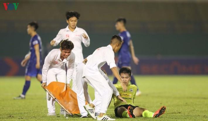Chấn thương nửa đội hình, bệnh viện thu nhỏ Hà Nội FC câu giờ làm gì? - Ảnh 1.
