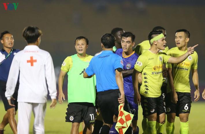 Chấn thương nửa đội hình, bệnh viện thu nhỏ Hà Nội FC câu giờ làm gì? - Ảnh 3.
