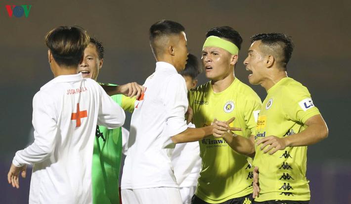Chấn thương nửa đội hình, bệnh viện thu nhỏ Hà Nội FC câu giờ làm gì? - Ảnh 4.