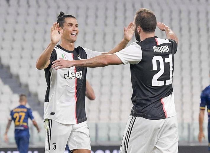 Ronaldo gây bão khi xuất hiện cùng bộ trang phục vô cùng sặc sỡ, đồng đội sốc nặng thốt lên: Không thể tin nổi - Ảnh 4.