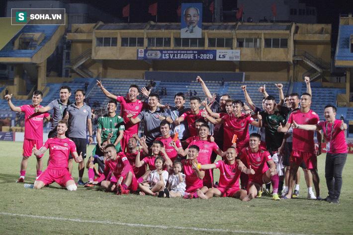 Bầu Hiển lộ rõ vẻ buồn bã, trầm ngâm rời sân Hàng Đẫy sau trận thua sốc của Hà Nội FC - Ảnh 8.
