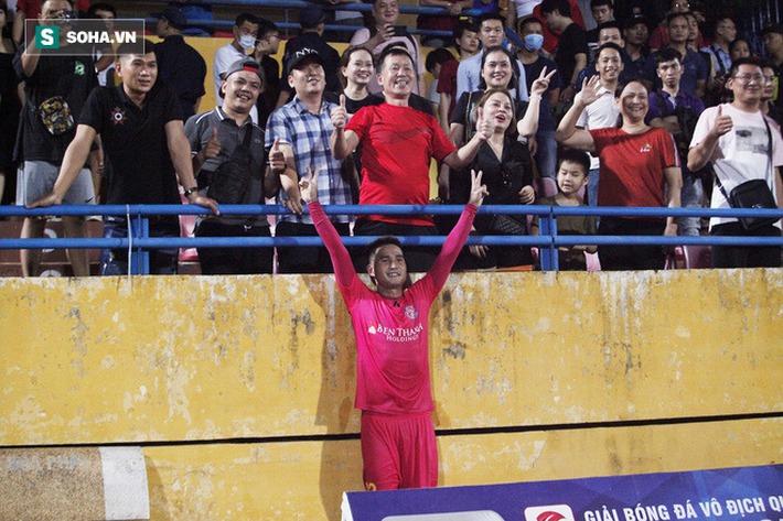 Bầu Hiển lộ rõ vẻ buồn bã, trầm ngâm rời sân Hàng Đẫy sau trận thua sốc của Hà Nội FC - Ảnh 7.