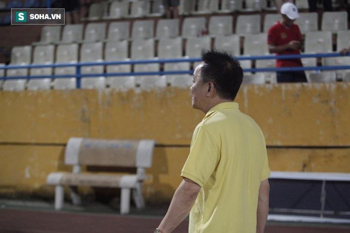 Bầu Hiển lộ rõ vẻ buồn bã, trầm ngâm rời sân Hàng Đẫy sau trận thua sốc của Hà Nội FC - Ảnh 6.