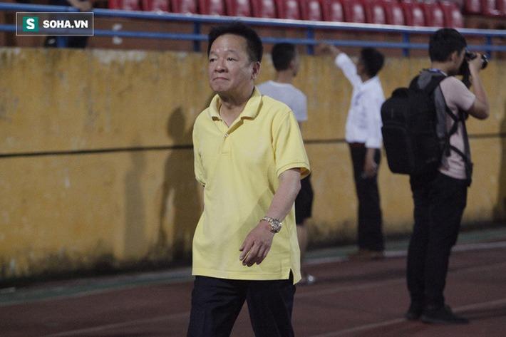 Bầu Hiển lộ rõ vẻ buồn bã, trầm ngâm rời sân Hàng Đẫy sau trận thua sốc của Hà Nội FC - Ảnh 2.
