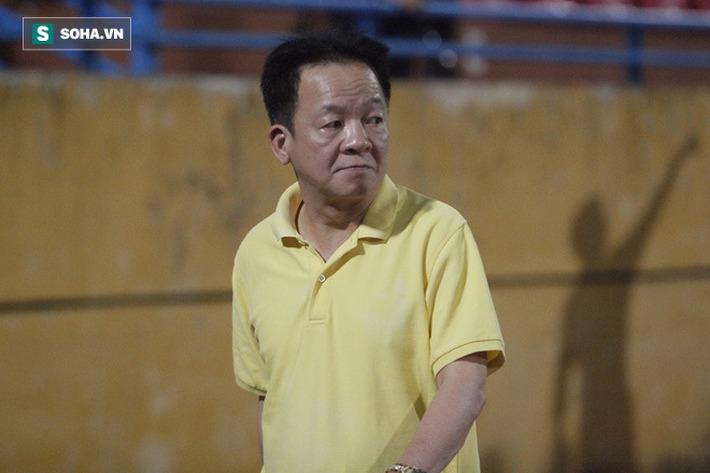 Bầu Hiển lộ rõ vẻ buồn bã, trầm ngâm rời sân Hàng Đẫy sau trận thua sốc của Hà Nội FC - Ảnh 4.