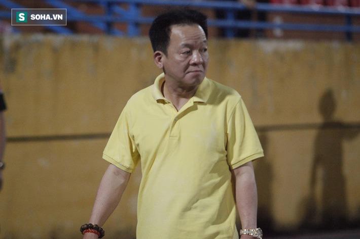 Bầu Hiển lộ rõ vẻ buồn bã, trầm ngâm rời sân Hàng Đẫy sau trận thua sốc của Hà Nội FC - Ảnh 5.