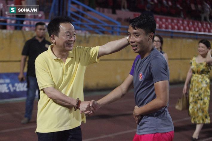 Bầu Hiển lộ rõ vẻ buồn bã, trầm ngâm rời sân Hàng Đẫy sau trận thua sốc của Hà Nội FC - Ảnh 3.