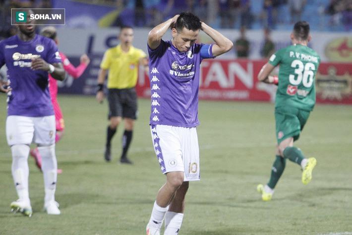 Bầu Hiển lộ rõ vẻ buồn bã, trầm ngâm rời sân Hàng Đẫy sau trận thua sốc của Hà Nội FC - Ảnh 1.