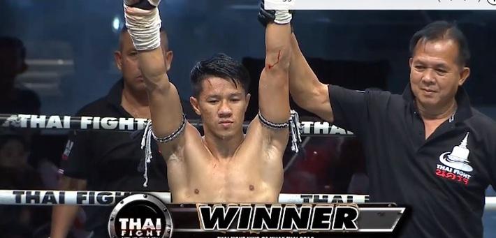 """Võ sĩ Thái Lan tung đòn cùi chỏ """"sắc lẹm"""" làm đối thủ rách mặt, phải xin thua sau 40 giây - Ảnh 2."""